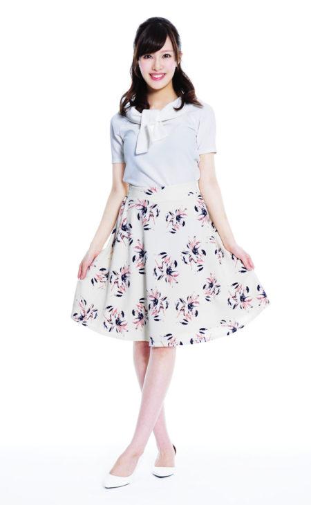 ホワイト×ブラウス×花柄フレアスカート×ホワイトパンプス