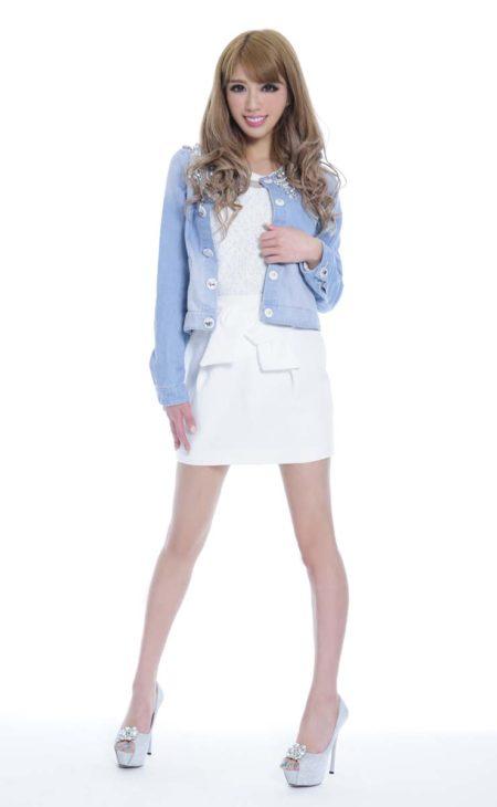 春夏に絶対着たいホワイト×ビジュー付きデニムジャケット×ホワイトミニスカート×シルバービジュー付きヒール