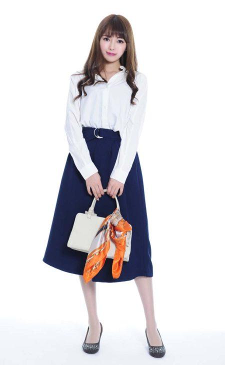 ホワイトシャツ×ミモレ丈スカート×派手柄スカーフ(MURUA/dazzlin)